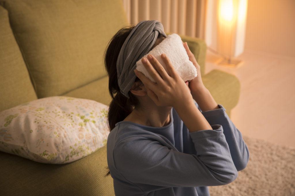 目元を温める、またはマッサージをして血行を良くする