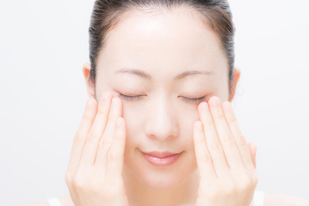 目元専用の美白化粧品を使う