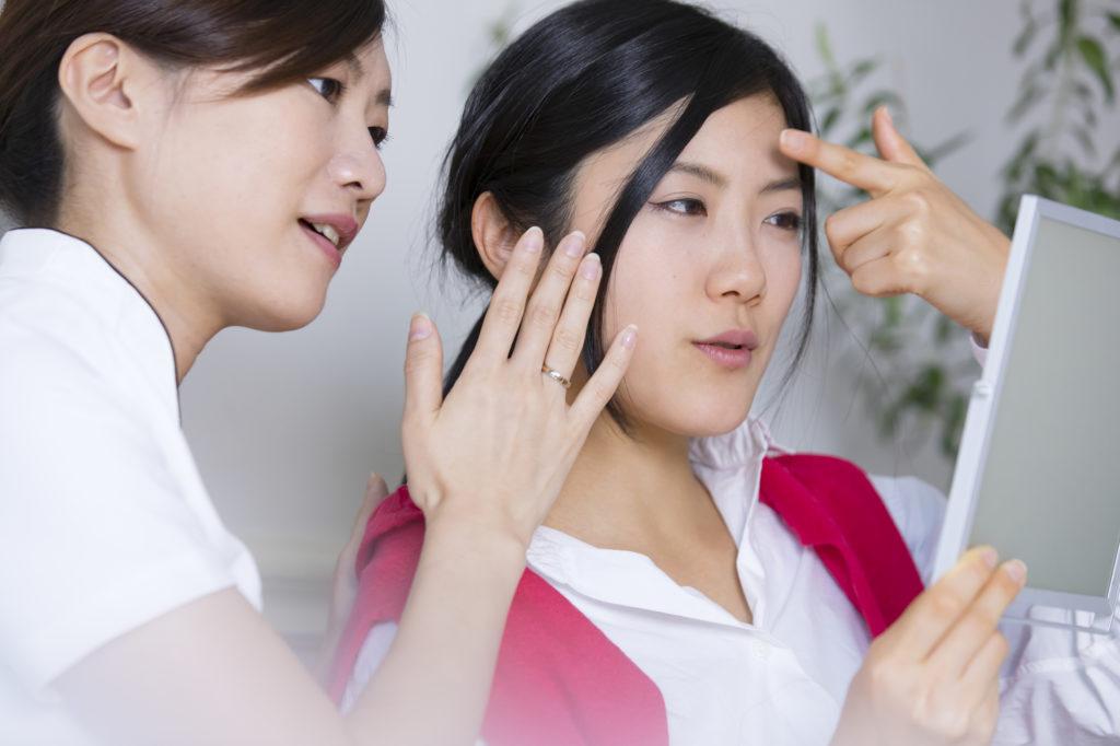 皮膚科や美容クリニックを受診する