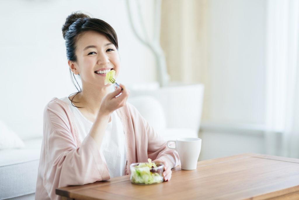 美肌に効果的な成分を含む食事をとる